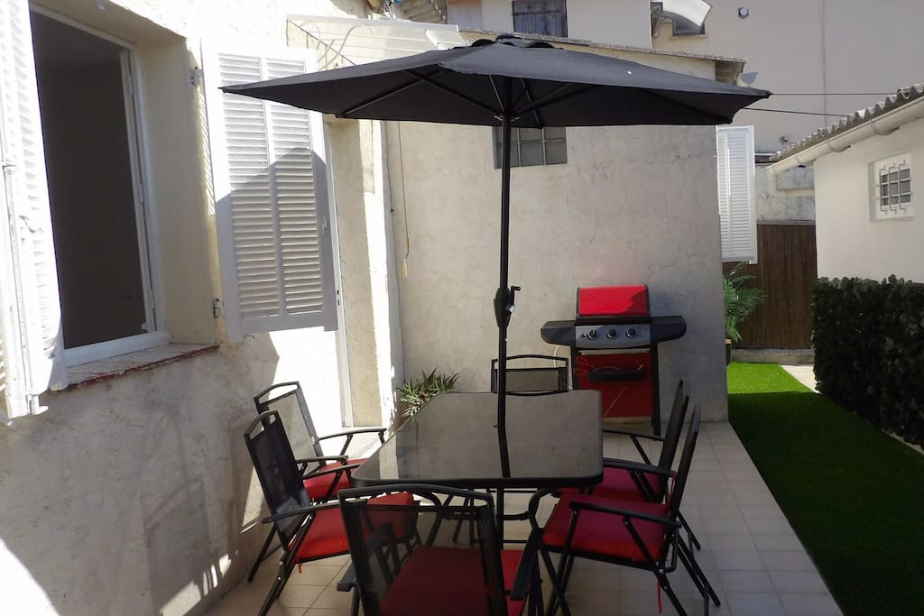 Your private terrace for a BBQ up to 6 people