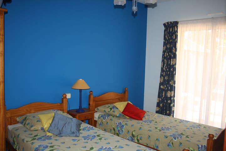 La Mora/Tamarit: Quiet room with sea view
