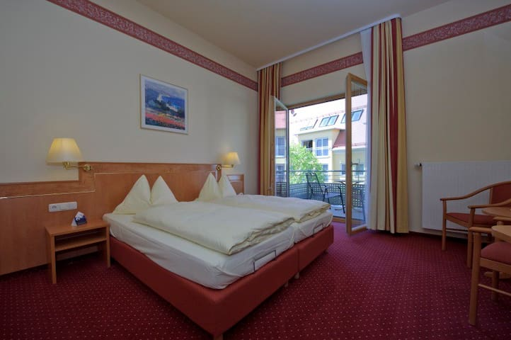 Land-Gut-Hotel Adlerbräu (Gunzenhausen), Doppelzimmer (24 qm) mit Balkon zum Dachgarten