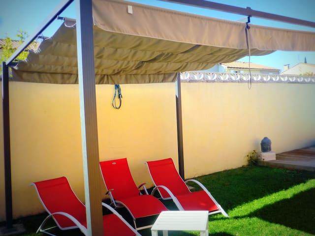 Gîte OLIVIA  - Pergola et transats - Plage de gazon près de la piscine