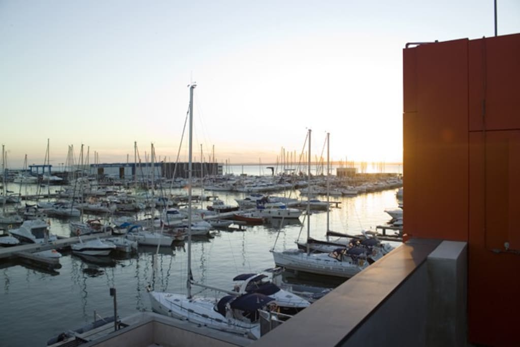 Puerto Deportivo en 50 metros de la vivienda.