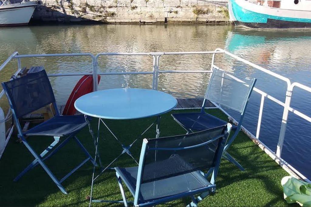 Jardin flottant extérieur adossé au bateau de 12 M2.