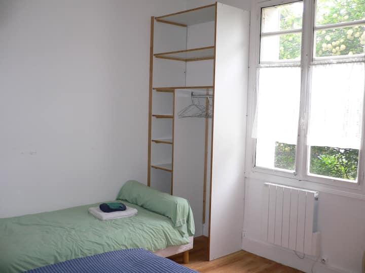 Chambre lumineuse et confortable