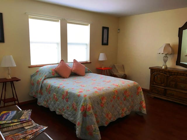 Blue Sky Bliss Bedroom! Queen Size Bed-2 Guests! - Albany - Hus