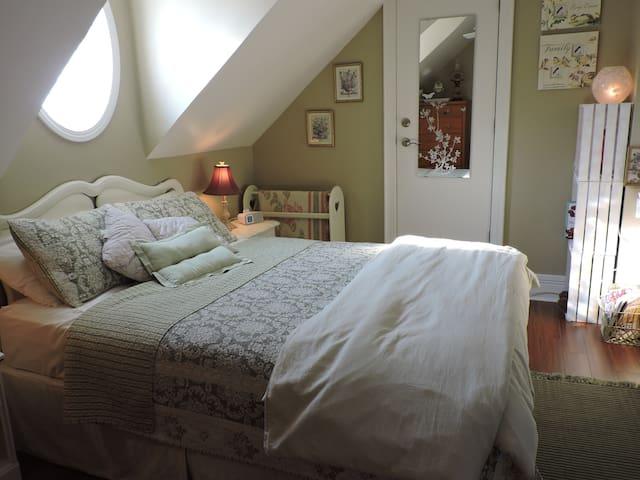 Second bedroom in Annex with queen bed