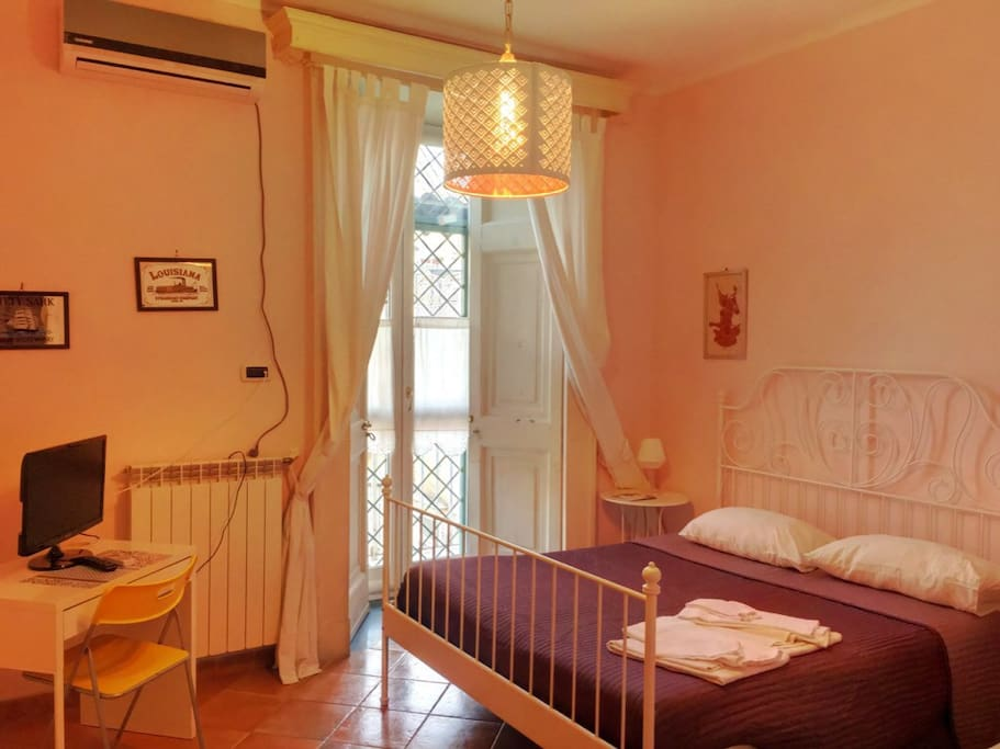 B b napoli centro yellow room chambres d 39 h tes louer for Chambre d hote italie