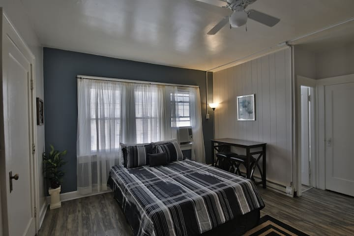 Comfy Studio Apt + Parking - Queen Bed & Smart TV