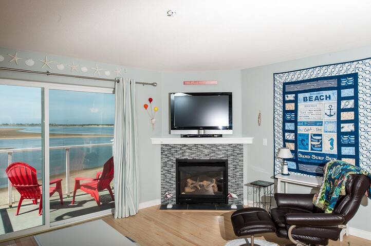 Pet friendly 2-bedroom condo w/ bayfront views in Lincoln City's Taft!