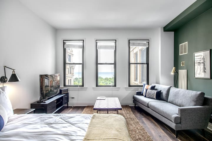 Chic Lincoln Park Studio w/ Gym, Rooftop, Lake views, by Blueground