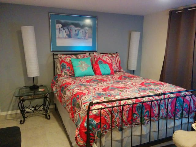 Bedroom w/ queen-size bed, Sealy Posturepedic mattress set and room darkening curtains.