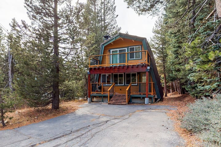 Cozy cabin near skiing, hiking, swimming, and lakes