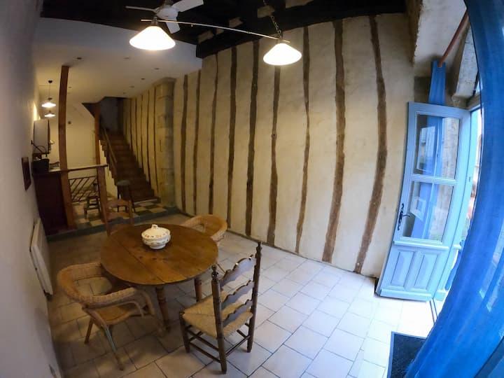 Charmante maison de village dans une rue médiévale