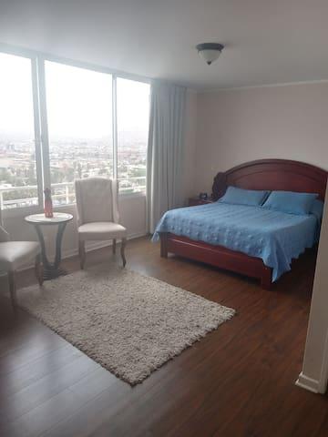 Amplia habitación con vista al mar y baño privado.