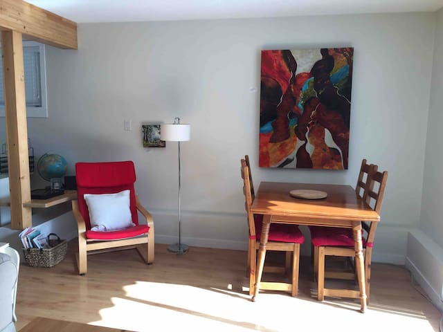 Stunning roomy 2 bdrm with fireplace and Netflix