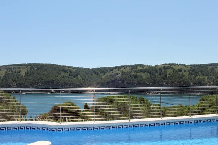Espectacular casa con piscina y vistas al mar