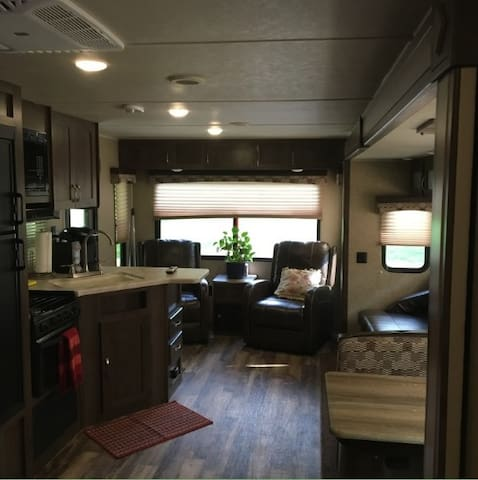 27' RV: Wooded privacy. Children and pets welcome! - Greer - キャンピングカー/RV車