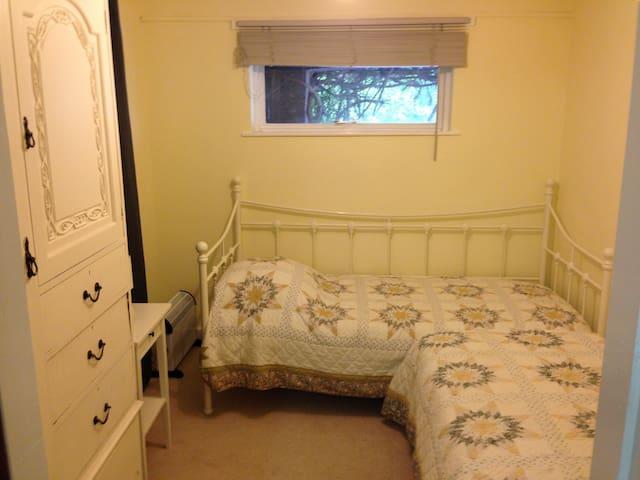 Ground floor bedroom with day bed