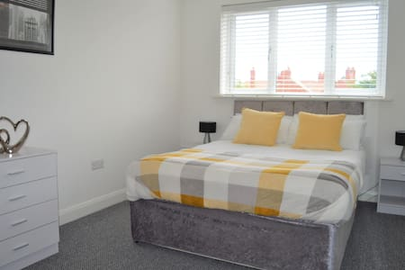 Hillcrest - 2 Bedroom Apt with parking - Blackpool