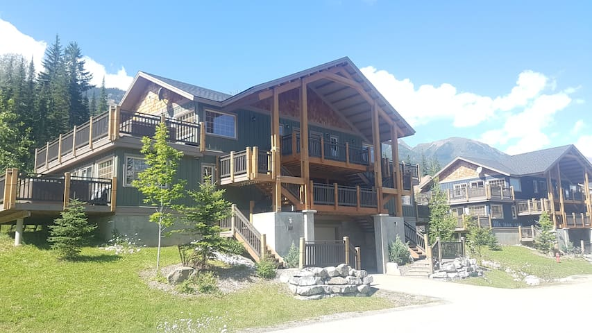 Rockies Escape, Skiing, Hiking & Private Hot Tub! - Golden - Apartment