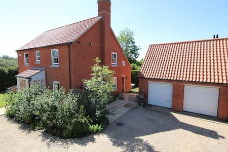 4 bedroom, 3 bathroom house with large garden! - Maltby le Marsh - Huis