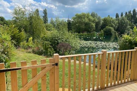 Beautifully positioned lakeside Billing Aquadrome