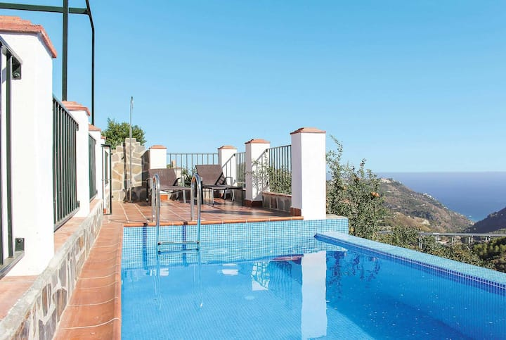 2 Bed villa with air con, pool and stunning views