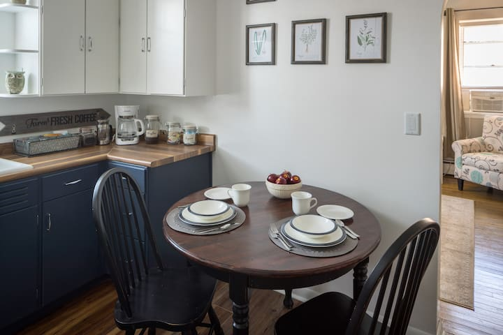 Farmhouse Style Apt, Steps from Main St! Parking!