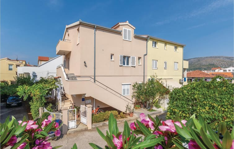 Holiday apartment with 2 bedrooms on 64m² in Trogir