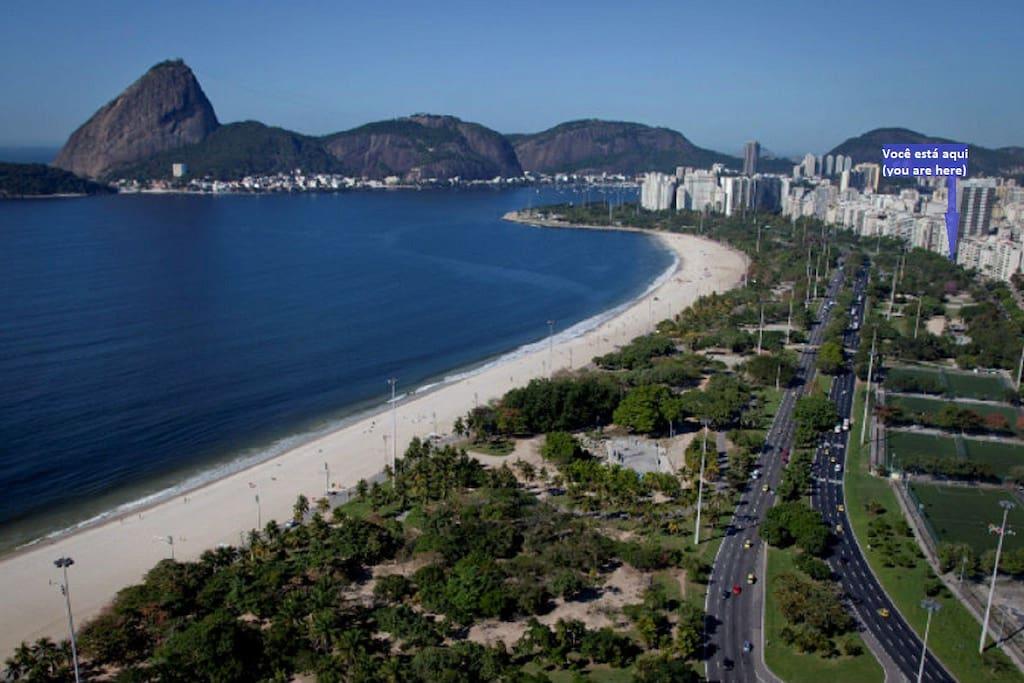 Vista aérea da Praia do Flamengo, Parque do Aterro do Flamengo e da Rua Almirante Tamandaré, a poucos metros da praia.