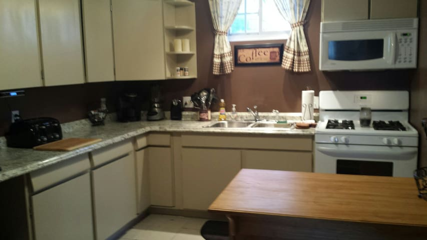 Pet friendly home away from home - Agawam - Apartmen