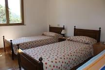 Twin-bedded room, with the third bed option (1/2) -  Stanza con due letti, con l'opzione del terzo (1/2)