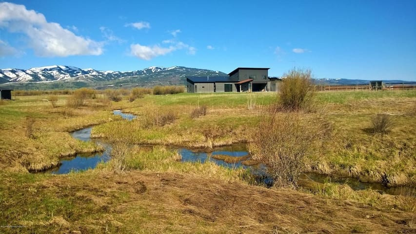 Beautiful & Bright Retreat with 360 Mountain Views