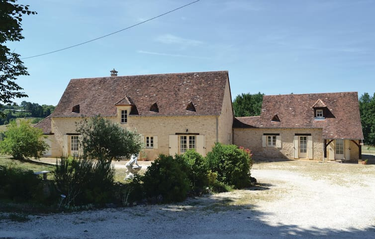 Holiday cottage with 1 bedroom on 65 m² in Savignac-de-Miremont