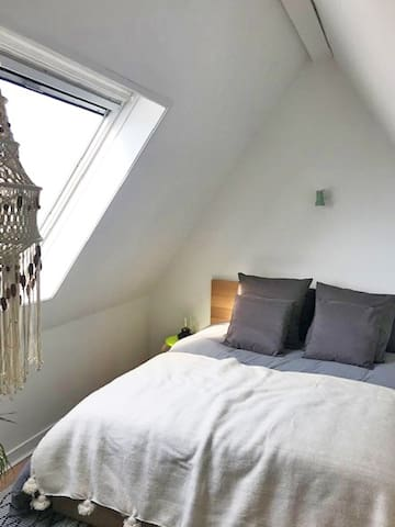 Chambre à l étage grand lit confortable