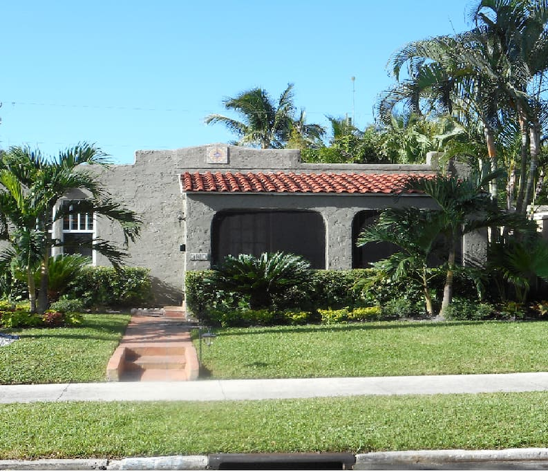 Houses In West Palm Beach For Sale: Casa De León With Heated Pool