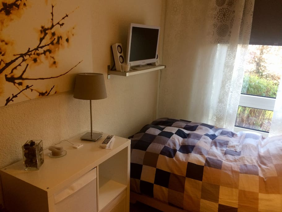 Kleines Schlafzimmer mit TV