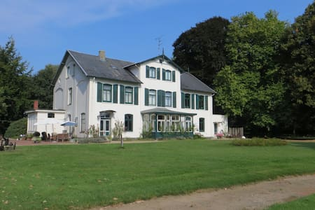 Großzügige Wohnung Im Gutshaus in zentraler Lage - Warringholz