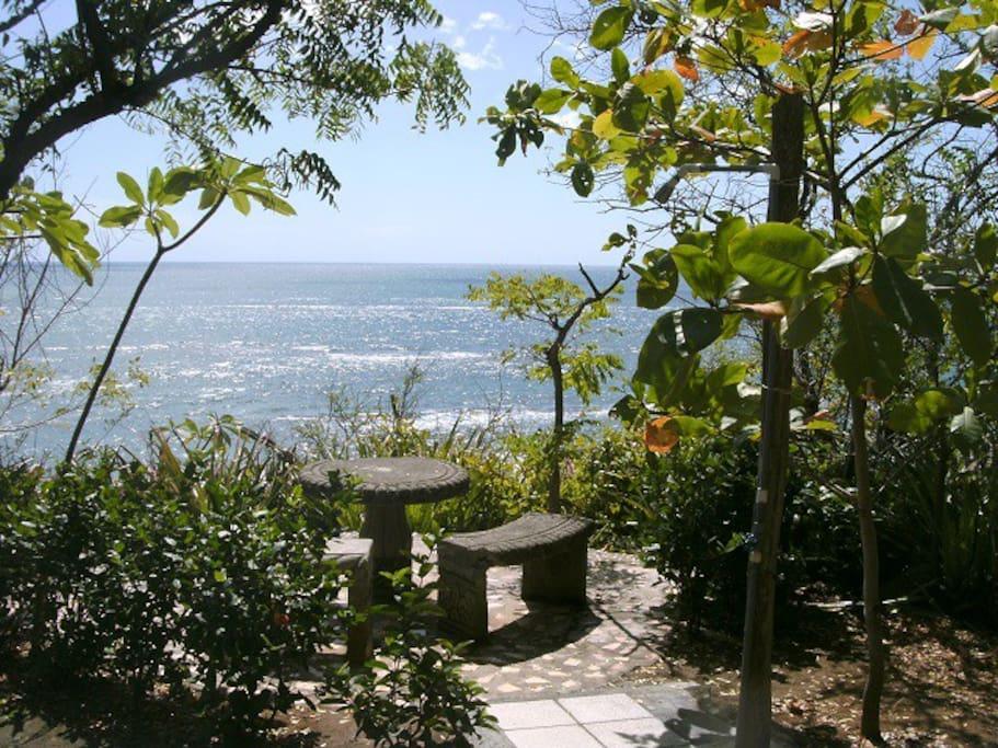 Desde el mirador de la casa se disfruta la vista al mar, hay sombra