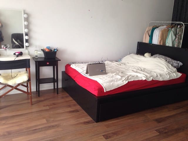Spacious cosy room with huge terrace (girls only!)