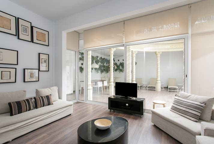 Beautifully decorated bright and spacious living room