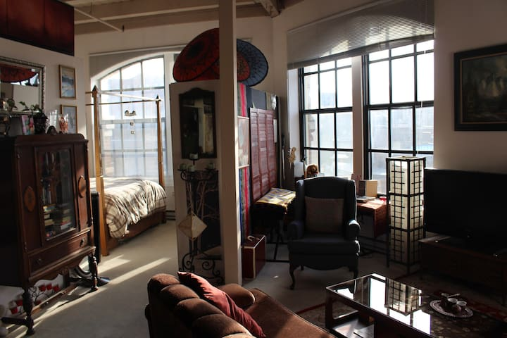 Sunny, art-filled North End loft with fireplace - Boston - Loft