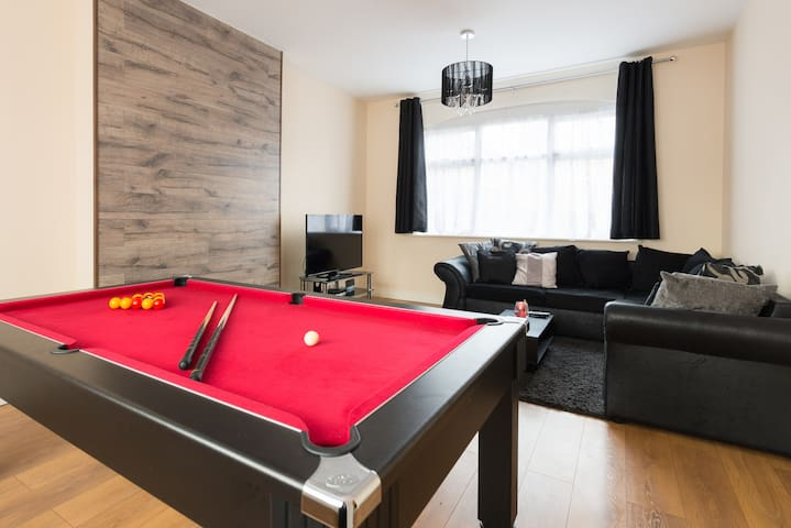 Stylish 4 bed home by the ExCel