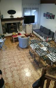 chambres dans maison calme entourée de verdure - Varennes-Changy - Haus