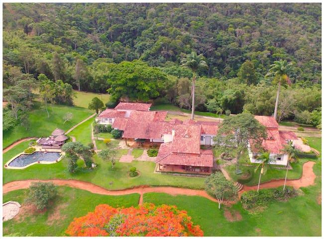 Casa ampla em linda Fazenda com muito verde - Valença - Cabaña