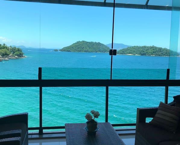Cobertura espaçosa e luxuosa com vista para o Mar!