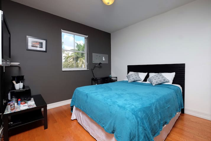 Comfortable room in Doral, near shopping malls - Doral - House
