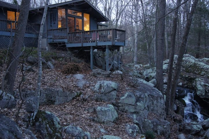 "Private wooded ""treehouse"" built over a waterfall - Weston"