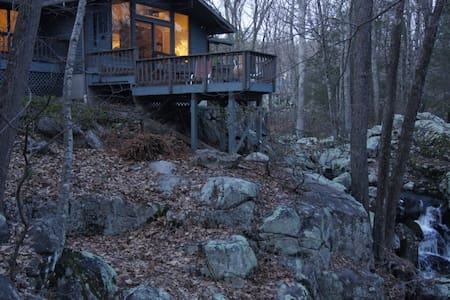 """Private wooded """"treehouse"""" built over a waterfall - Weston - Ev"""