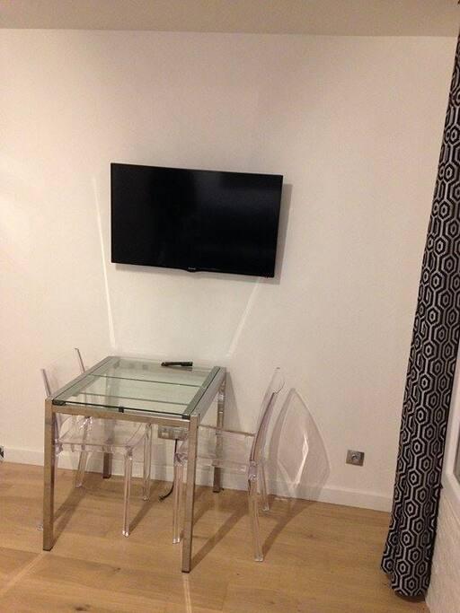 Pièce Principale (3) - Table - Télévision encastrée