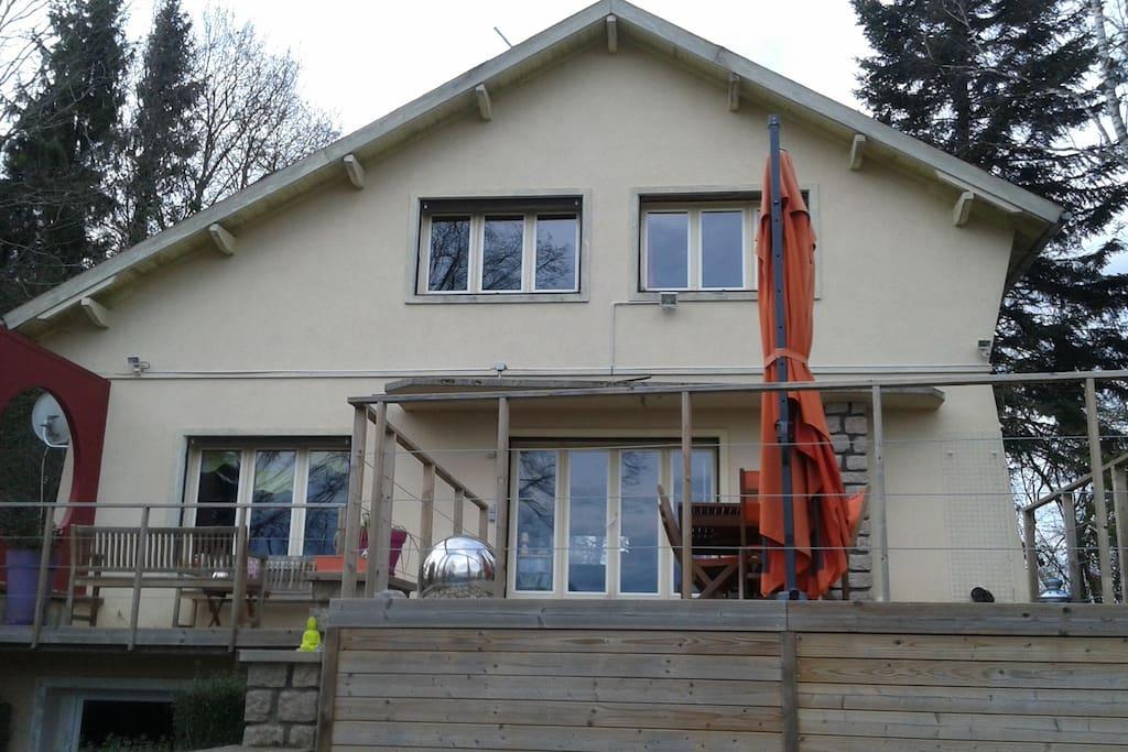 terrasse, la chambre correspond à la fenêtre en haut à droite, avec une vue sur le jardin